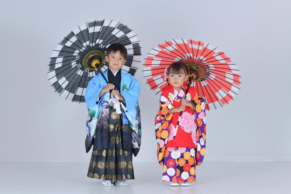 七五三兄妹ショットです。傘を使った和風な雰囲気の一枚。